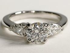 Bague en or blanc diamant central rond, deux diamants poires