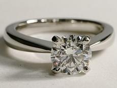 Bague solitaire diamant anneau affiné à l'approche de la pierre de centre