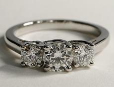 3 diamants montés sur bague