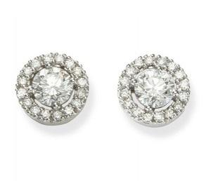 Boucles d'oreilles avec pavage autour du diamant central