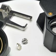diamanti bianchi taglio a brillante, leveridge e lente d'ingrandimento