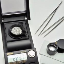 diamants blancs pesés sur une balance