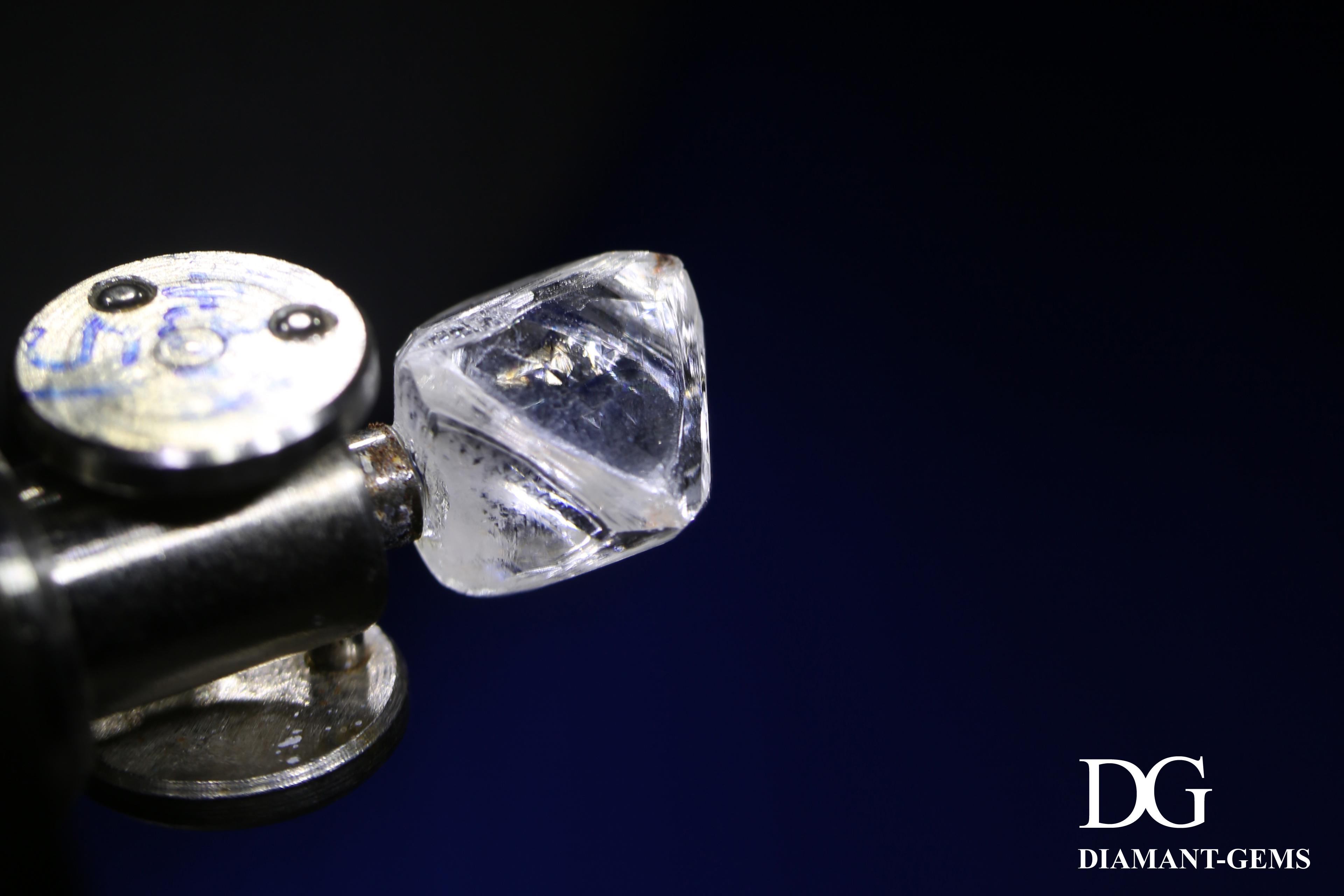 début du process de taille d'un diamant brut