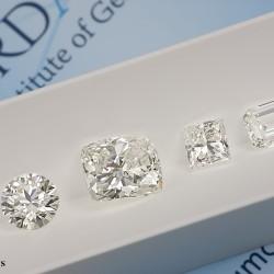 présentation de 4 diamants blancs de différentes formes