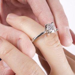 anello di fidanzamento, solitario diamante passato nell'anulare